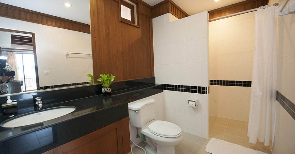 patong-hotel-suite-bathroom