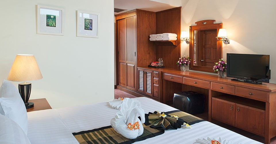 phuket-hotel-deluxe-bedroom-5