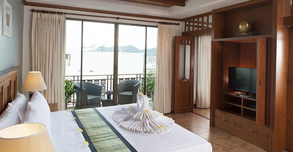phuket-hotel-suite-bedroom-2